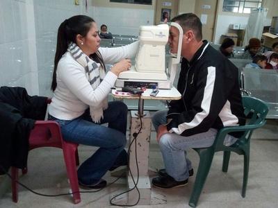 Pobladores acceden a jornada oftalmológica en Barrio Obrero
