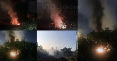 Área 2 envuelto en humo tóxico de vertedero clandestino en llamas