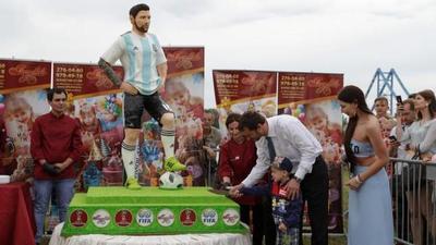 Celebran cumpleaños de Messi con su figura de chocolate