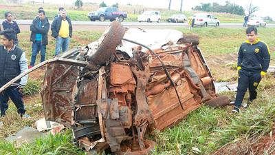 Aparatoso vuelco de vehículo deja tres muertos y un herido sobre la ruta VI