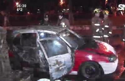 Sujetos provocan incendio de automóvil