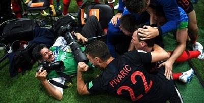 Jugadores croatas celebran gol con fotógrafo latinoamericano