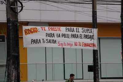 """""""Rocío: soy tu amiga, no tu financiera"""", el cartel que causa furor en zona VIP"""