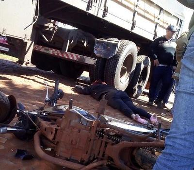 Mujer muere aplastada bajo un camión