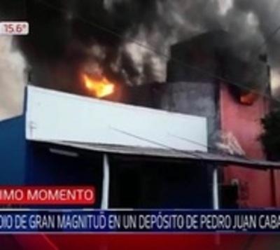 Incendio de gran magnitud consume comercio en Pedro Juan Caballero