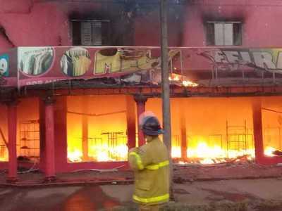 Voraz incendio consumió local de ropas en PJC