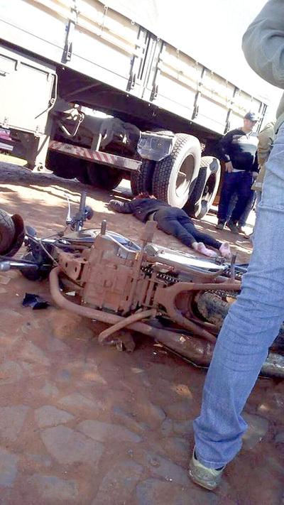 Motociclista muere tras chocar contra carreta de tractocamión en Santa Rita