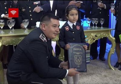 Niña vestida de policía felicitó a su papá por el ascenso