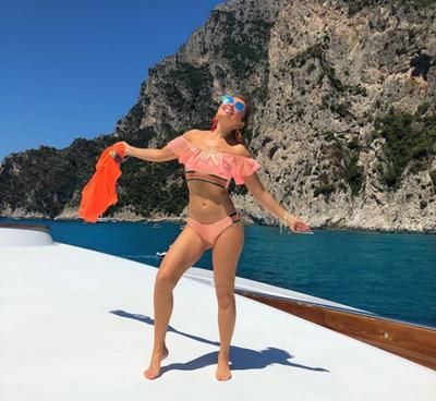 ¡La locura de Thalía! Saltó al mar desde un yate
