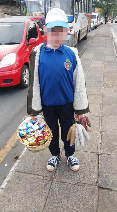 Vendedor de golosinas de 11 años conmueve en Facebook