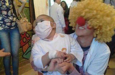 Venció a la leucemia y ahora lleva alegría en los hospitales
