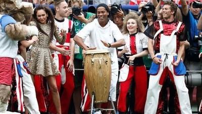 Lado artístico de Ronaldinho se roba el show en el cierre de Rusia 2018