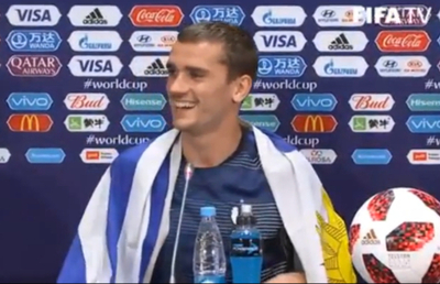 Griezmann celebró el título con bandera uruguaya