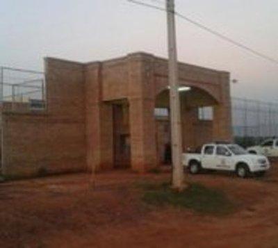 Más de 100 reclusos amotinados exigen comida y droga