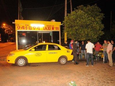 Se hicieron pasar por clientes y asaltaron a taxista