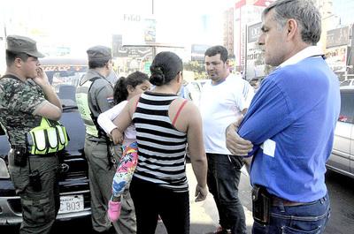 Zorros encepan un vehículo porque el conductor se negó a pagar coima