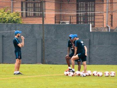 Luis Zubeldía probó un equipo para el debut