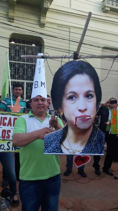 "Docentes llevaron ""serenata"" a Ministra de Hacienda"