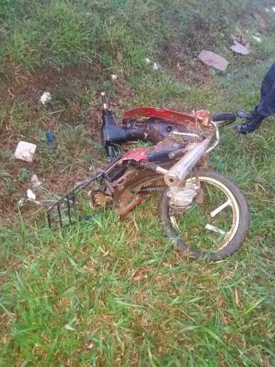 Chocan a una joven motociclista y la dejan tirada