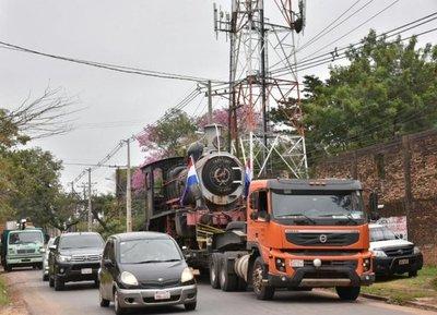 VIDEO: Así trasladaron vieja locomotora hasta Pirayú