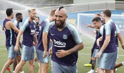Arturo Vidal se entrena por primera vez con el Barça