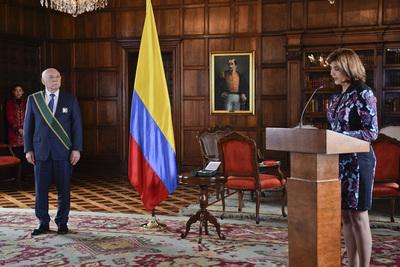 Canciller Loizaga fue condecorado por el Gobierno de Colombia