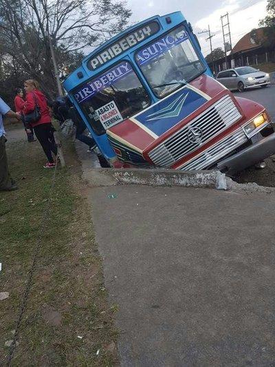 Bus cayó a banquina en Capiatá
