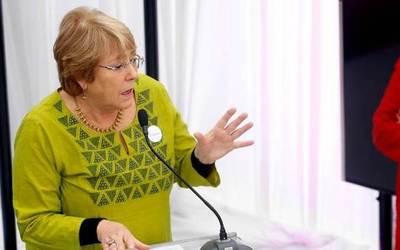 """Bachelet dice que ve la economía chilena """"debilucha"""" con Gobierno de Piñera"""