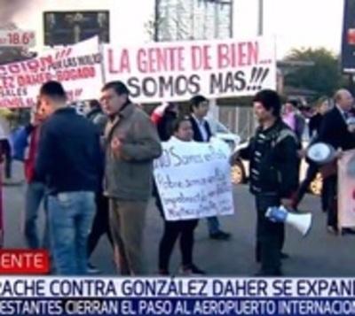 Manifestantes bloquean acceso de aeropuerto en contra de OGD