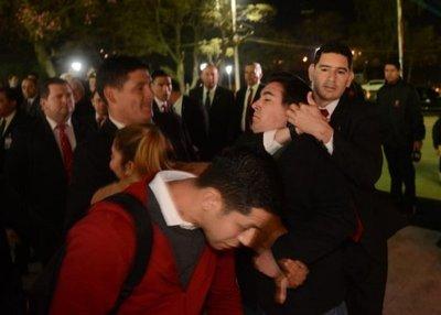 Guardias de Cartes agarran  del cuello a manifestante