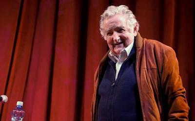 """Mujica dice que """"luchar por democracia es luchar por una civilización"""""""
