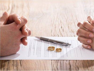 """China intenta frenar los divorcios con """"períodos de enfriamiento"""""""