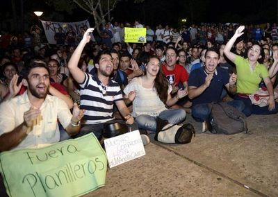 Con manifestaciones y escraches, los jóvenes van contra autoridades corruptas