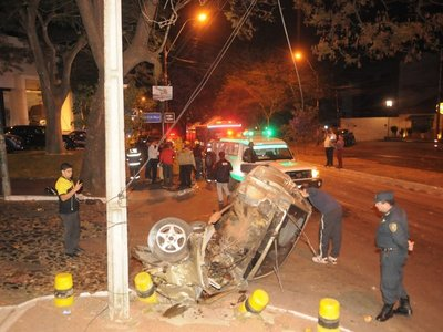 Conductora pierde el control de su auto y choca contra un árbol