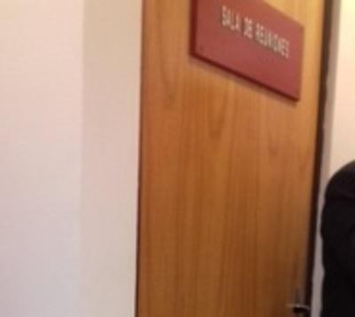 Periodistas acorralan a González Daher: Encerrado más de 90 minutos