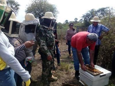 MAG capacita a productores sobre apicultura