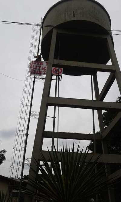"""""""Payaso"""" sube a torre de agua para despotricar contra """"políticos corruptos"""""""
