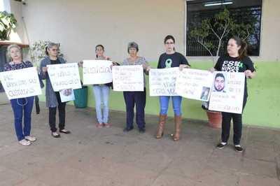 Con emotivas palabras en pancartas piden justicia para bebé torturado