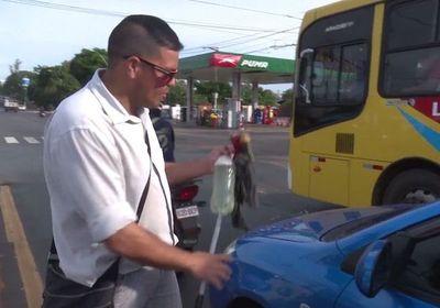 Limpia vidrios de autos para ir a la universidad