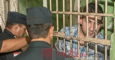 Padre de niño torturado cede a presión y aparta a abogados querellantes