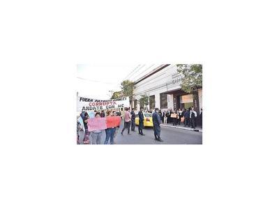 Manifestaciones en contra y a favor de titular de la Dinapi