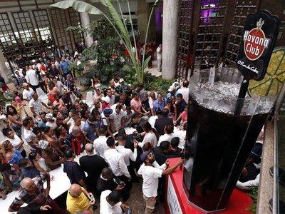 """Cantineros elaboran el cóctel """"Cuba Libre"""" más grande del mundo"""