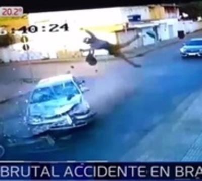 Brutal accidente en Brasil entre motociclista y automóvil