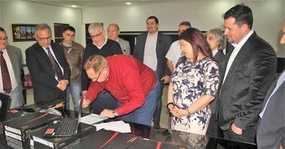 Cámara de Comercio entrega computadoras a la gobernación