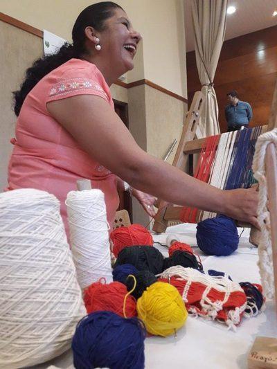 FCE – UNA: Expo Emprendedores realizado para brindar más espacios a artesanos.