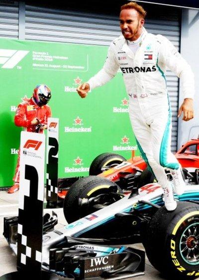 Hamilton gana en la casa de Ferrari