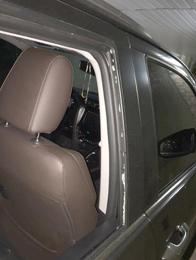 Tortoleros rompen ventanilla de camioneta estacionada frente a sanatorio y roban dinero