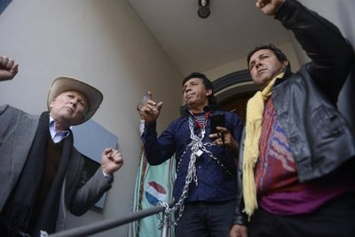 Asociados se encadenan frente a sede de APA