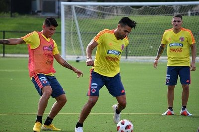 Sin Pekerman ni James, Colombia se prueba