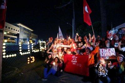 Incondicionales de Lula plantaron campamento frente a cárcel en Curitiba
